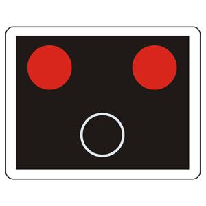 """""""Signál priecestného zabezpečovacieho zariadenia s červenými striedavo prerušovanými svetlami so znamením """"""""Stoj!"""""""""""""""